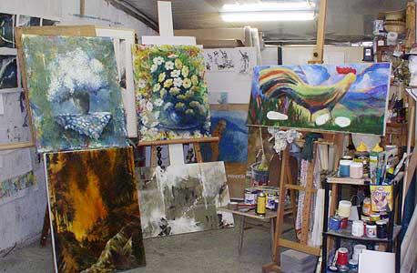 מרכז האמנויות, קיבוץ גשר הזיו. התמחות: ציור, פיסול,  קרמיקה ועוד