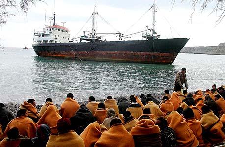 פליטים שנעצרו בים על חוף כרתים. אלף בני אדם עוברים מדי שנה דרך איי יוון לאיחוד האירופי