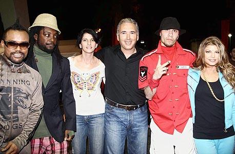 """דוד אבנר ואיריס בק (במרכז) עם להקת הבלק אייד פייז. """"סגנון הלבוש שלי הפך פחות פורמלי"""""""