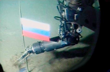 דגל רוסיה מטיטניום נתקע מתחת לכיפת הקוטב