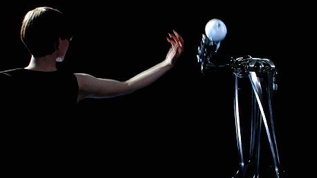 יד ביונית שמחקה באופן מושלם ובזמן אמת את תנועותיה של רקדנית העומדת לצידה