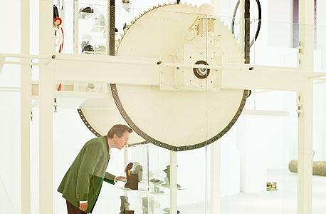תלמר מתבונן בכלי עבודה בעיצובו במוזיאון במינכן