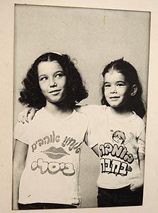 בנותיו של ירקוני בחולצות קידום מכירות שעיצב אביהן