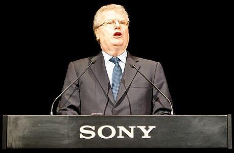 """מנכ""""ל סוני, הווארד סטרינגר. החברה תצרף לכל טלוויזיה חדשה שלה את המערכת של גוגל TV בילט אין"""