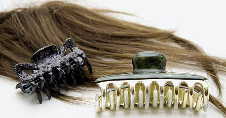 שיערות ופרווה. במיקרוסקופ בוחנים את הסיבים, שאינם זהים בשיער סינתטי לאלה שבשיער אמיתי; אחר כך מכניסים אותם לחומר מסיס, שבו הסינתטי מתפרק ושיער אמיתי לא