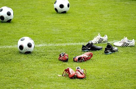 על הדשא. איזה נעל תעלה לגמר?
