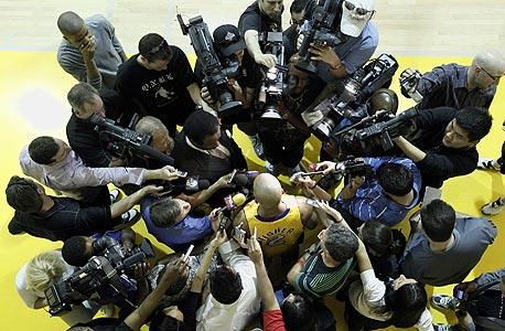 דרק פישר פוגש את התקשורת האמריקאית. עניין רב, צילום: איי פי