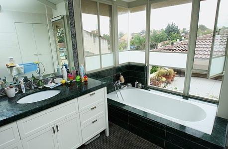 האמבטיה. רק בה אין פרקט, צילום: עמית שעל