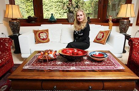 עדנה מור בסלון ביתה, צילום: עמית שעל