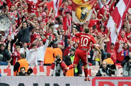 אריאן רובן חוגג אליפות מול אוהדי באיירן. הליגה הגרמנית רשמה צמיחה מרשימה של 10% בהכנסותיה, שהסתכמו בכ-1.575 מיליון יורו.