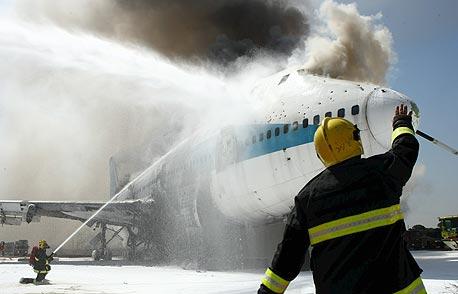 עובד בנמל התעופה בן גוריון במהלך תרגיל חירום, צילום: עמית שעל