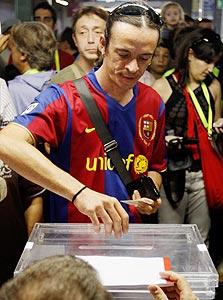 סוסיו (חברת מועדון) של ברצלונה מצביע בקלפי.רוסל זכה ב-35,021 קולות – ההישג הגבוה בתולדות המועדון