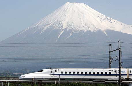 רכבת מהירה על רקע הר פוג'י, יפן