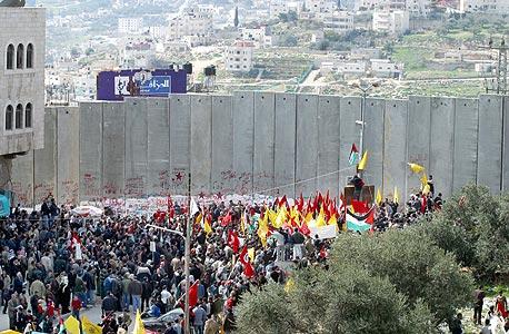 """הפגנה נגד גדר ההפרדה. """"באירופה מתעקשים על החוק הבינלאומי, ובישראל לא מבינים זאת"""""""