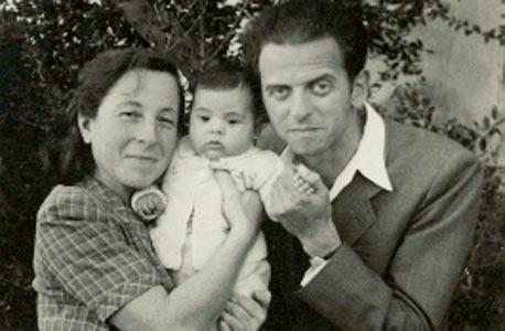 1948. רבקה כרמי בת 4 חודשים עם הוריה מנחם וציפורה רדנר. חורשת בית דניאל, זכרון יעקב