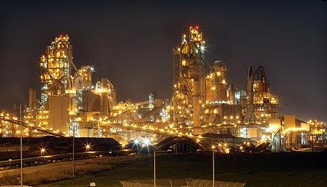 מפעל נשר ברמלה. היה אחראי לכ-7% מפליטות תחמוצות חנקן