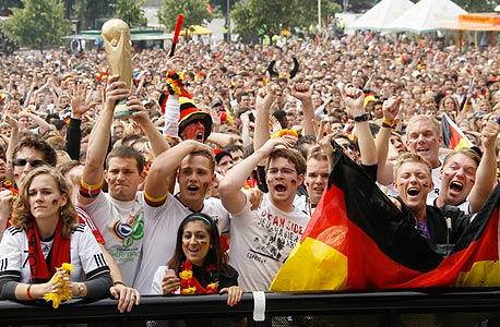 אוהדי נבחרת גרמניה. הציבור נדלק עלייה ב-2006