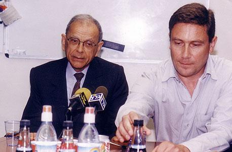 מימין: נוחי ושמואל דנקנר. שמואל קיבל את חנס לעבודה