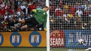 מנואל נויאר שוער נבחרת גרמניה והכדור שעבר את הקו מונדיאל 2010 צילום: רויטרס, צילום: רויטרס