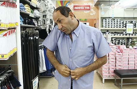 """לוי מחליף חולצה בדרך לפגישה. """"אני קונה אותן ב-40 שקל בחנות של הבת שלי"""""""