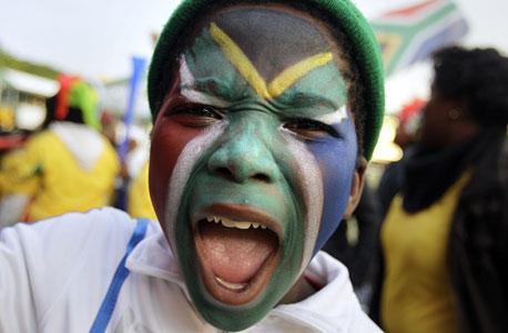 ילד דרום אפריקאי. המדינה נהנתה מתזרים מזומנים של מבקרים זרים