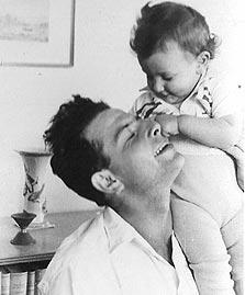 אורנה ברי, בת כמעט שנה, עם אביה, יואש צידון בטבעון