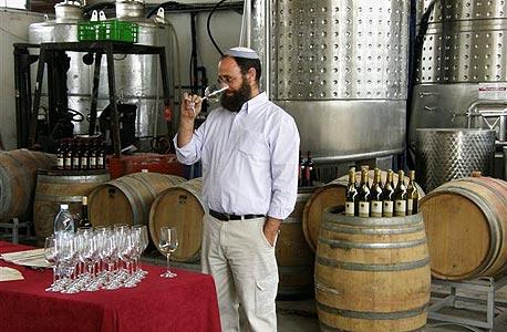 היינן יעקב אוריה בין החביות ביקב אסיף. לא מקבל את התדמית של היין הלבן