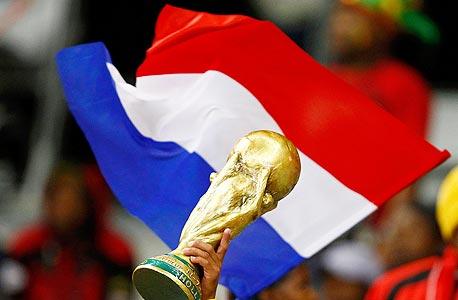 הולנד עם הגביע? איוון פרהוסט, דוברת ענף הקמעונות בהולנד, מספרת שלפני המשחקים צפו בענף גידול של 200 מיליון יורו