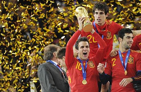 ססק פאברגאס עם הגביע. הילדים גדלו בספרד אחרת לחלוטין מהספרד בה גדלו הוריהם