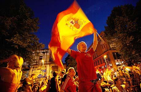 אוהדי ספרדים חגגו. גם בקטלוניה חגגו - רק עם חולצות של ברצלונה
