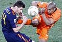 שחקן הולנד (נייקי) מחטיף לשחקן ספרד (אדידס), צילום: אי פי אי