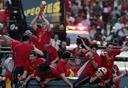 שחקני נבחרת ספרד חוגגים עם הגביע במדריד. צריך לשנות משהו, לא?, צילום: איי פי