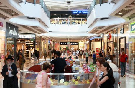 מה עושה טרנדאיט: המערכת מנטרת אותות סלולריים בקניונים ובמרכזי קניות, ומזהה קשרים סטטיסטיים בין מאפיינים שונים בהתנהגות האות. כך, למשל, היא יכולה לזהות אות מסוים כמייצג גבר בגיל +30 ואב לשניים, ולהציג לבעלי החנויות מידע על הקונים הפוטנציאליים