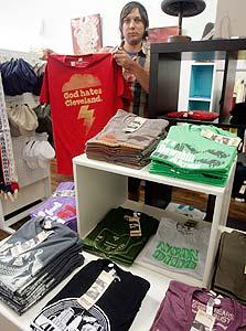 """המרצ'נדייז הנמכר ביותר בקליבלנד אחרי עזיבתו של לברון ג'יימס - חולצת """"אלוהים שונא את קליבלנד"""""""