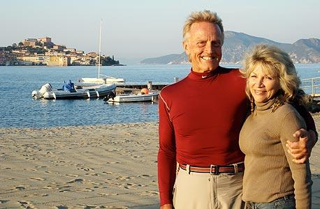 """דה ואני עם אשתו כרמלה. """"גם היא גוררת לפעמים את הריינג' רובר"""""""