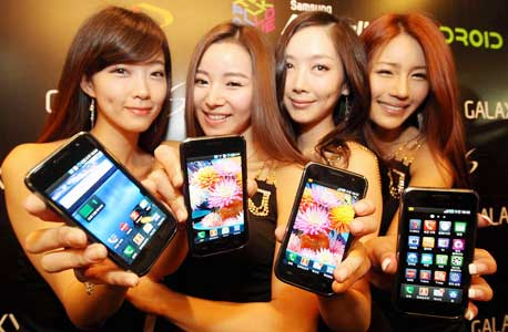 דוגמניות של סמסונג בהשקת סדרת המכשירים החדשה של החברה. זה רק נראה כמו אייפון