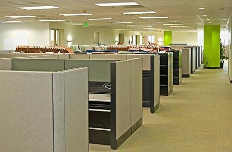 העובד שלידו אתם יושבים יכול להשפיע באופן משמעותי על הביצועים שלכם, צילום: shutterstock