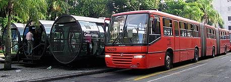 קורטיבה. 1.8 מיליון תושבים, 8 קווי מטרו, 21 תחנות, 75 קילומטר, 2.3 מיליון נוסעים ביום, שנת הקמה - 1980