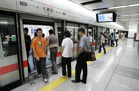 שנגחאי. 22 מיליון תושבים, 12 קווי מטרו, 269 תחנות, 420 קילומטר, 4.7 מיליון נוסעים ביום, שנת ההקמה - 1995