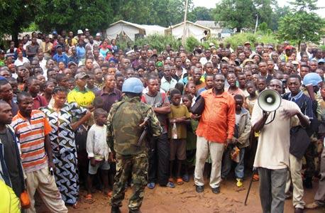 מחצית מתושבי העיירה דונגו בצפון מערב קונגו שבו החודש לביתם, לאחר שנמלטו מאימת המלחמה ב-2009 , צילום: איי אף פי
