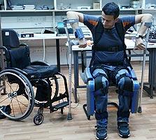 3. מתרומם מהכיסא לאחר שלחיצה על התקן היד העבירה לחיישנים פקודת עמידה
