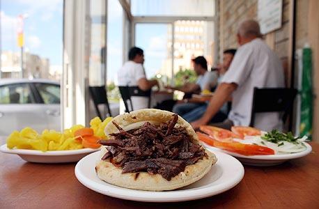 שווארמה אמיל, חיפה. השף הממליץ: יוסי שטרית מויולט, אודים. מחיר: 25 שקל לפיתה
