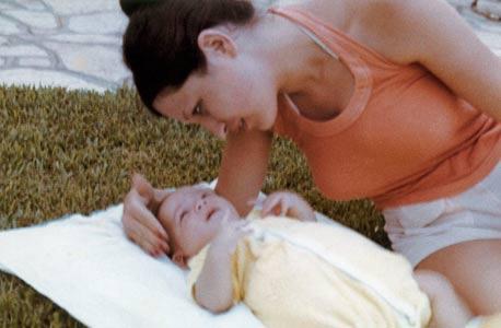 1972. עדי התינוק עם אמו רעיה, בגינת הבית בהרצליה פיתוח