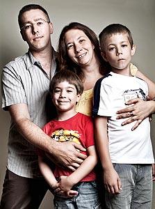 משפחת שלסינגר. הורים: עינת (35), מורה לביולוגיה, נתן (35) , מודד מוסמך. ילדים: עומר (7.5), איתי (4.5)