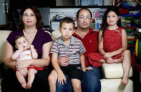 """משפחת סיון. הורים: אבי (35), טכנאי רשתות מחשבים. אדוה (35), חתמת ביטוח חיים. ילדים: יהל (6.5), אסף (5), ליה (7 חודשים). אבי: """"אני לא צריך בן רופא, מורה או עורך דין, אני לא רוצה בן שבוחר מקצוע לפי המשכורת. אני מנסה לעודד אותם לעשות מה שעושה להם כיף, מה שהם ירצו להצטיין בו, וירצו להמשיך בו גם כשקשה. אם היא רוצה לצייר ולרקוד ריקודי בטן, שתיהנה מזה. אני מאמין שאם הם יאהבו את מה שהם יעשו, הכל יסתדר"""""""