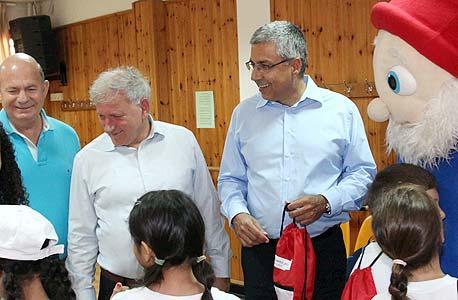 ציון קינן יאיר סרוסי עם ילדי קייטנת רמלה, צילום: סיון פרג'