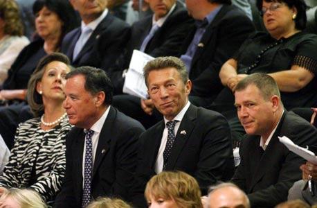"""מימין: אבי לאומי, ארקדי גאידמק, דני גילרמן ורעייתו ג'ניס בטקס ההשבעה של הנשיא פרס. """"עברתי מקום כדי לפנות את כיסאי לנכה, ופתאום כולם חשבו שגאידמק מממן את אירונאוטיקס"""""""
