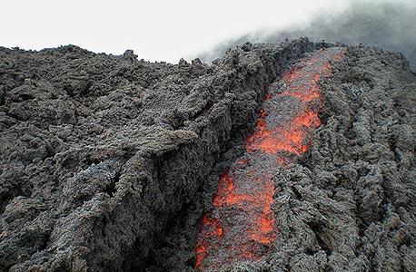 לבה זורמת מלוע הר הגעש פאקיה בגואטמלה
