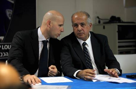 אורי שילה (שמאל) עם אבי לוזון. דווקא אנשי המקצוע כביכול מתנגדים להקמת מינהלת ליגת העל. אולי בגלל חשש מפגיעה במעמדם. אולי בגלל שלהתעסק עם מה שההתאחדות אמורה להתעסק בו זה משעמם