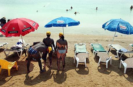 תיירים בים המלח. המלונאים מתנגדים נחרצות להעתקת המלונות